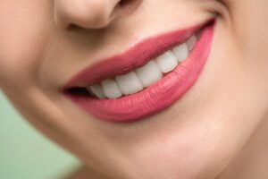 Kobieta Z Czerwoną Szminką Uśmiecha Się